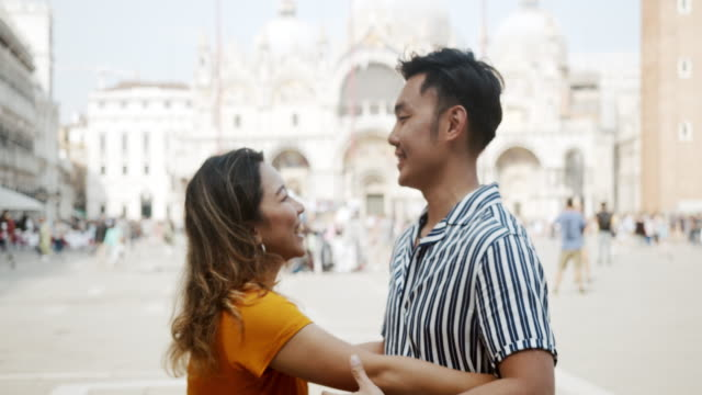 ヴェネツィア、イタリアでキスと抱擁若い大人のアジアのカップル - 中国文化点の映像素材/bロール