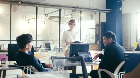 若い成人アジアの女性がオフィスでビジネスミーティングを開催(スローモーション) - paperwork点の映像素材/bロール