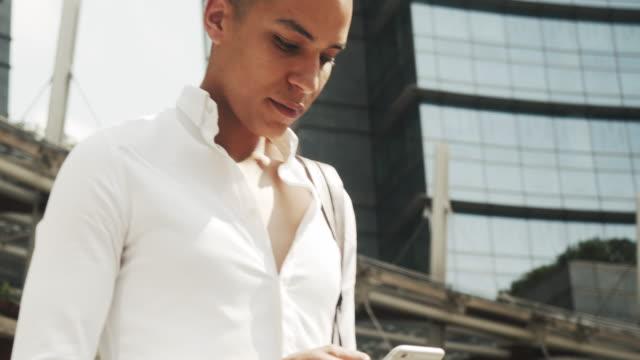 vidéos et rushes de jeune homme d'affaires adulte dans la ville - seulement des jeunes hommes