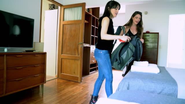 vídeos y material grabado en eventos de stock de pareja de jóvenes adultos que llegan al b&b con mochilas para vacaciones - alojamiento y desayuno