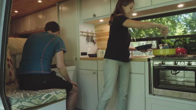 uhd 4k: junge erwachsene paar alternativ lebt in einem van-startseite - wohngebäude innenansicht stock-videos und b-roll-filmmaterial