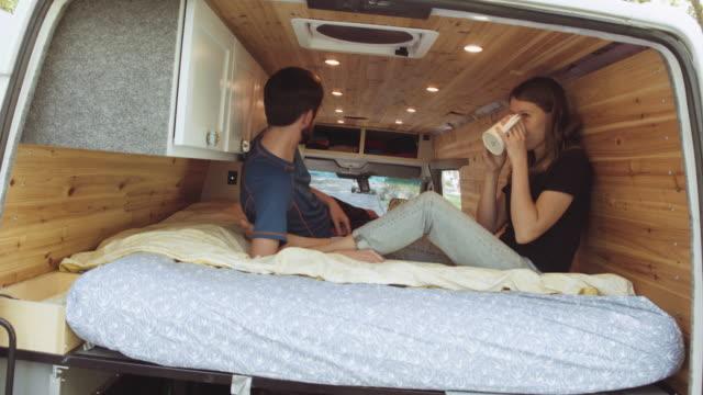 uhd 4k: junge erwachsene paar alternativ lebt in einem van-startseite - wohnmobil stock-videos und b-roll-filmmaterial