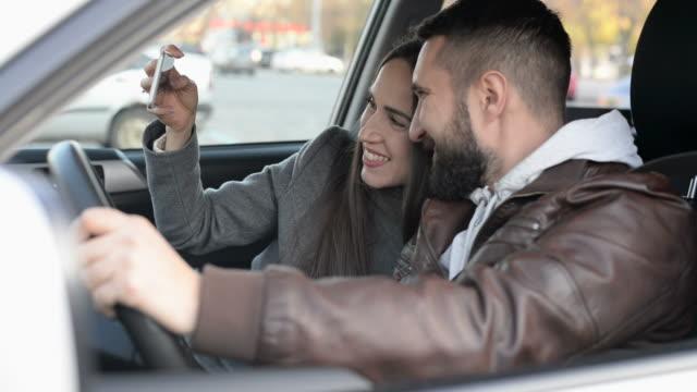 セルフィーを取る若い大人のカップルのスマートフォン - 自画像点の映像素材/bロール