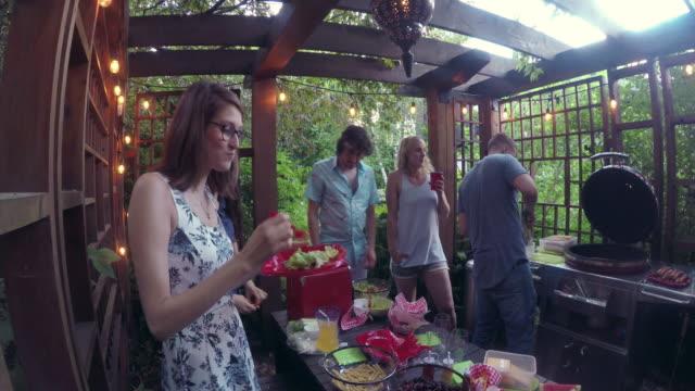 Junge Erwachsene Essen Essen Poolparty im freien Sommer BBQ