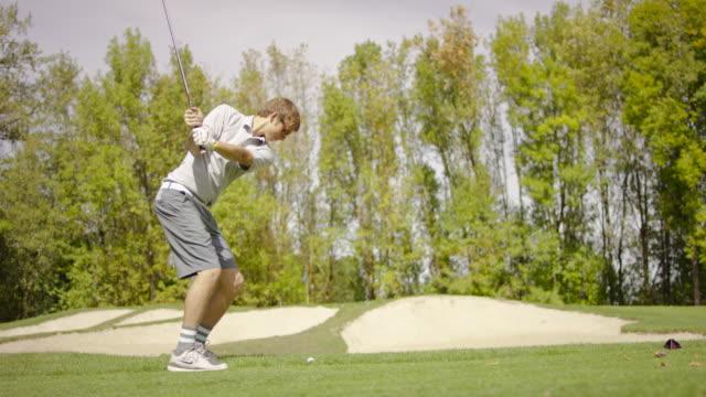 若い大人のゴルファーには、グリーン、チッピング - ゴルフ選手点の映像素材/bロール