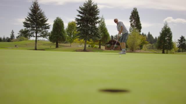 若者のパッティング練習用グリーンゴルフ - ゴルフ選手点の映像素材/bロール