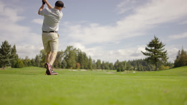 young adult golfer teeing off - teeing off stock videos & royalty-free footage