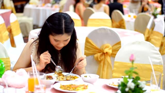 vidéos et rushes de jeune adulte est très jouissif et salle à manger - langue humaine