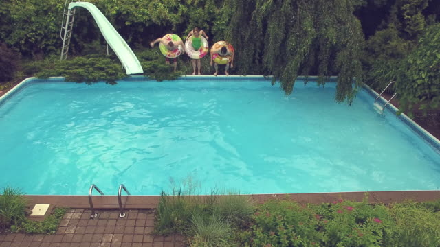 Junge Erwachsene springen Tauchen Poolparty im freien Sommer BBQ