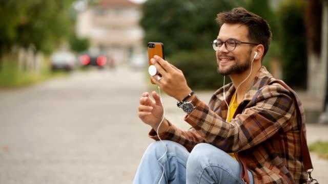 vídeos y material grabado en eventos de stock de joven adulto hombre tener videollamada con alguien - vestimenta informal