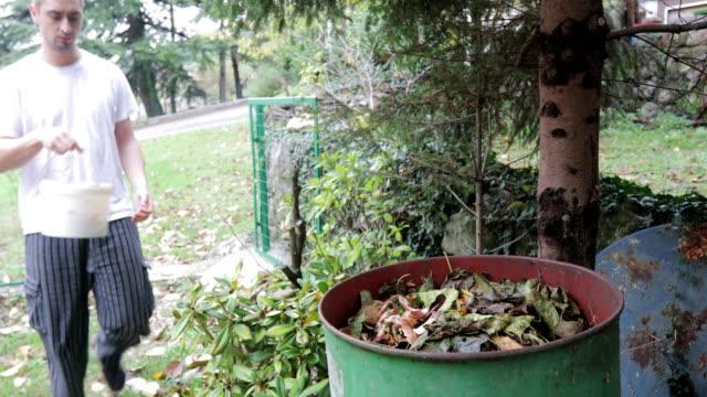 ung vuxen man kompostering organiskt avfall-stock video - mull bildbanksvideor och videomaterial från bakom kulisserna