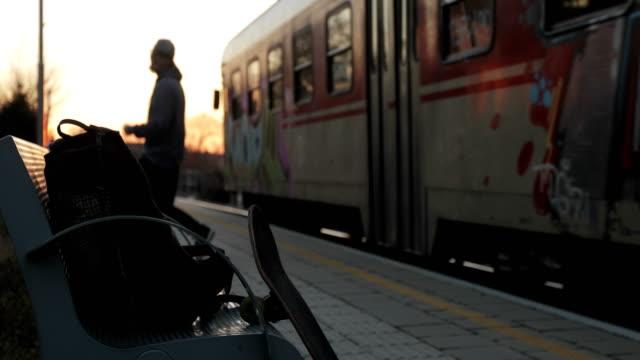 vídeos y material grabado en eventos de stock de adulto joven falta tren - recordatorio