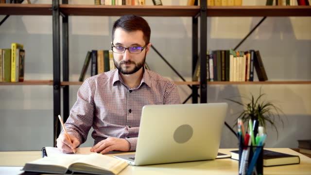 junger erwachsener mann begrüßt jemanden - anwerbung stock-videos und b-roll-filmmaterial
