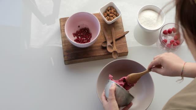 vidéos et rushes de jeune adulte, préparation de crème glacée de vegan berry - bol et saladier