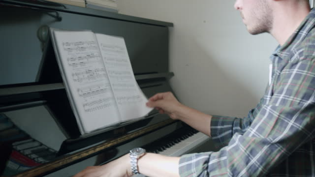 junge erwachsene sänger pianist trainieren zu hause - generation z stock-videos und b-roll-filmmaterial