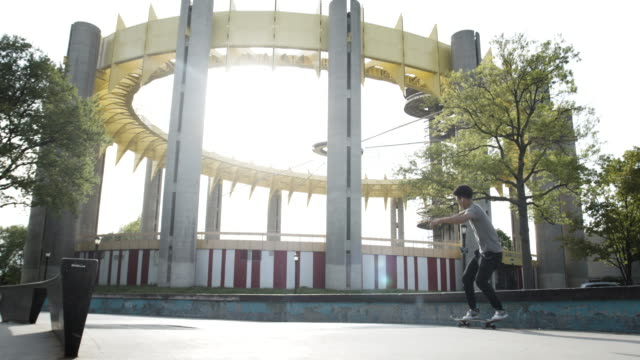 vídeos de stock, filmes e b-roll de a young adult skateboarding at flushing park in queens, nyc - slow motion - 4k - flushing meadows corona park