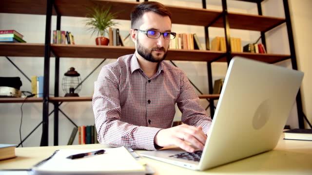 giovane studente, lavorando sul computer portatile - archivista video stock e b–roll