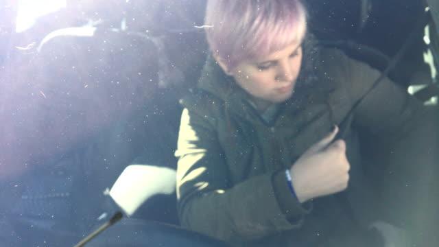 車を運転して若い成人女性 - 飲酒運転点の映像素材/bロール