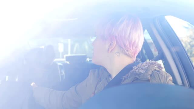 車を運転して若い成人女性 - 不完全な美しさ点の映像素材/bロール