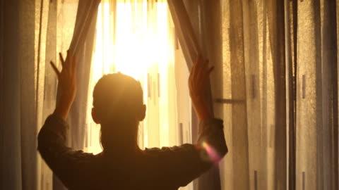 若い大人の女性の夕日をお楽しみいただけます。 - sunbeam点の映像素材/bロール