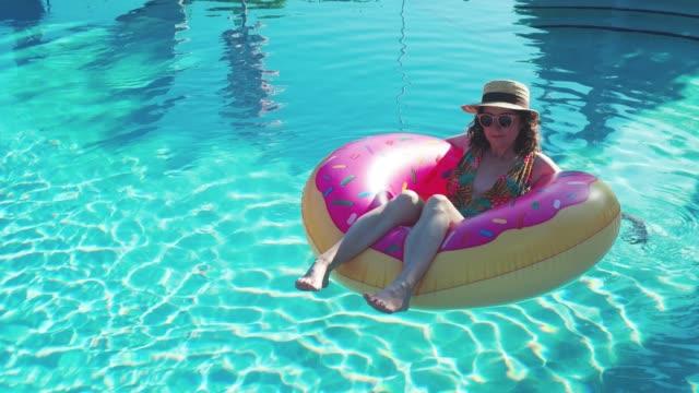 Junge Frau entspannt sich auf dem Wasser schwimmt