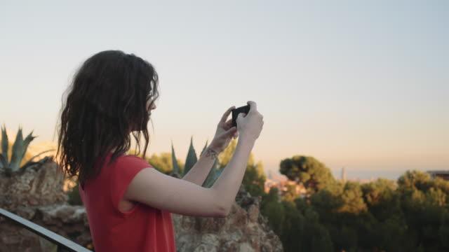 stockvideo's en b-roll-footage met young adult woman taking picture on mobile phone in barcelona - fotoberichten