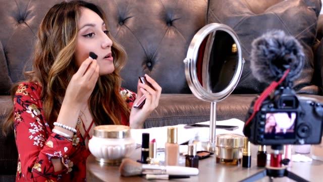 vídeos de stock, filmes e b-roll de jovem adulto vlogging sobre cosméticos, produtos de cuidados da pele. - equipamento de mídia