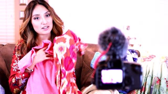 junge frau vlogs über modische kleidung und schuhe. - mikrofon stock-videos und b-roll-filmmaterial