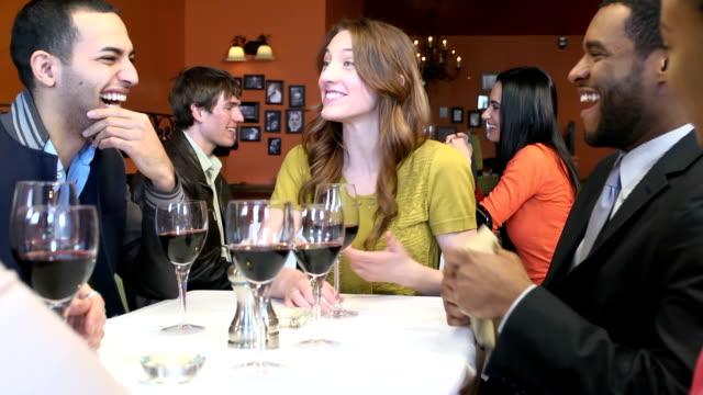 junge erwachsene lachen im geschäftigen restaurant - beengt stock-videos und b-roll-filmmaterial