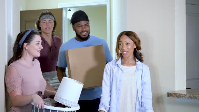 アパートに引っ越すヤングアダルト - 洗濯かご点の映像素材/bロール