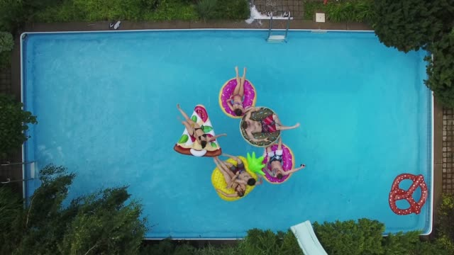 young adults pool party arial summer group teil 4 - ruhige szene stock-videos und b-roll-filmmaterial