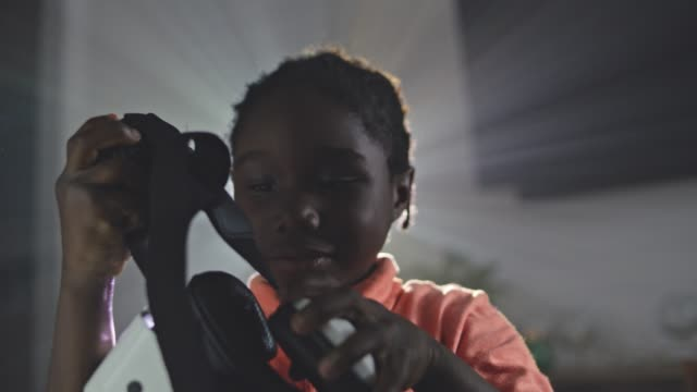 stockvideo's en b-roll-footage met cu slo mo. young african american boy puts on virtual reality headset and looks around. - virtual reality