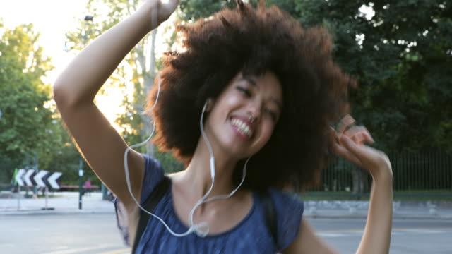 vidéos et rushes de jeune adolescent africain dansant dans les rues de ville - jeunes femmes