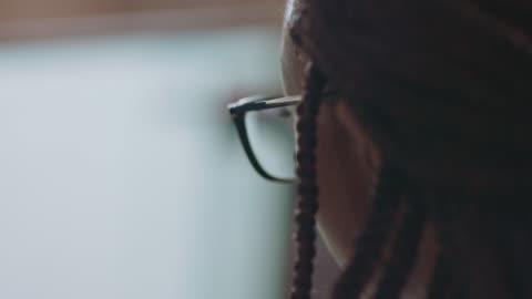 vídeos y material grabado en eventos de stock de cu young african-american woman busily works on her computer - cabello negro