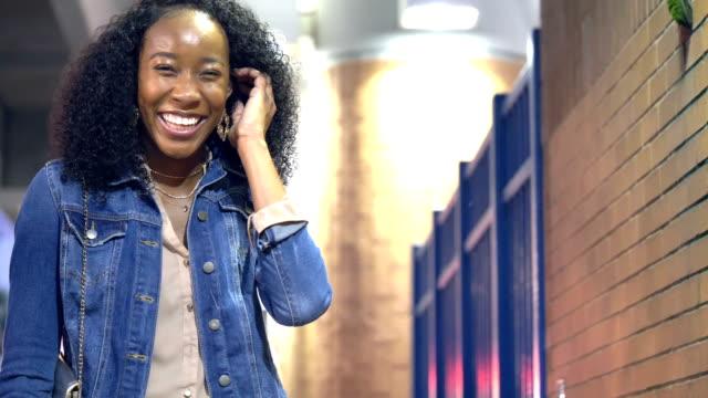 vídeos de stock, filmes e b-roll de jovem afro-americana na cidade caminha até a câmera - afro americano