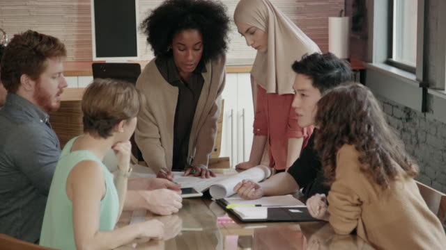 young african-american woman leads multi-ethnic team meeting - gruppo multietnico video stock e b–roll