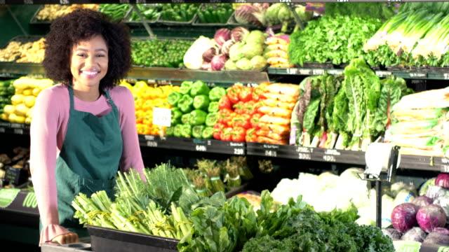 stockvideo's en b-roll-footage met jonge afro-amerikaanse vrouw die werkzaam zijn in de supermarkt - afro amerikaanse etniciteit