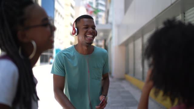 vídeos de stock, filmes e b-roll de jovens afro latina amigos dançar ao ar livre - homens jovens