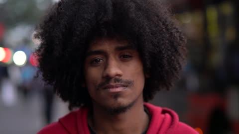 vidéos et rushes de portrait de jeune homme afro - cheveux frisés