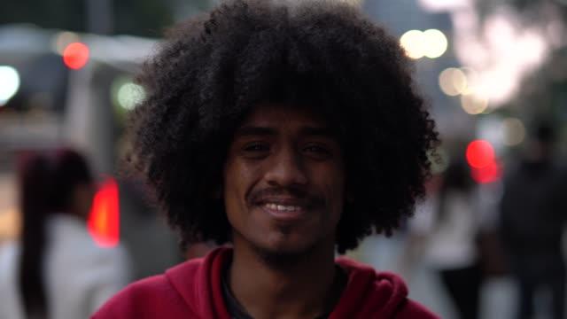 vídeos de stock, filmes e b-roll de retrato de jovem afro - barba
