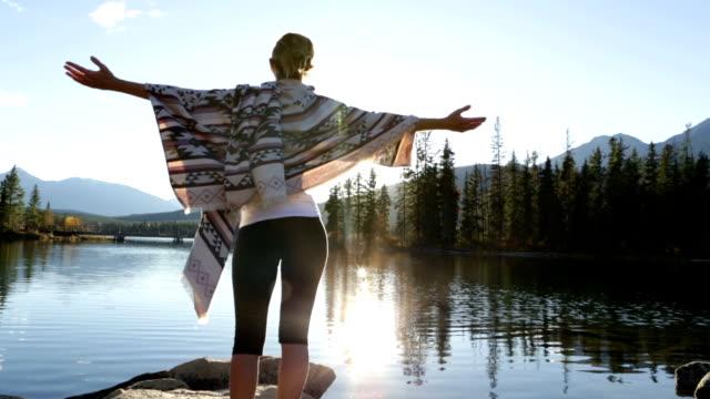 アメリカ人女性を自由に腕を広げる - パレオ点の映像素材/bロール