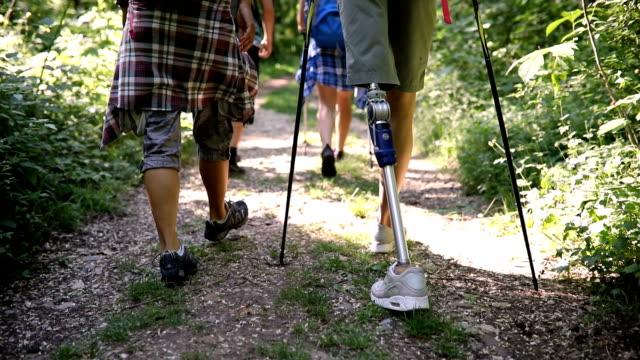 junge amputierte wandern die mit einer gruppe von freunden - prothese stock-videos und b-roll-filmmaterial