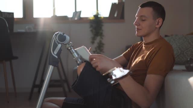 junge amputnächterin spielt gitarre - prothese stock-videos und b-roll-filmmaterial