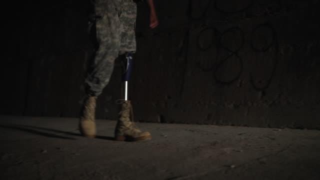 stockvideo's en b-roll-footage met young geamputeerde soldaat coming home van oorlog - prothesen