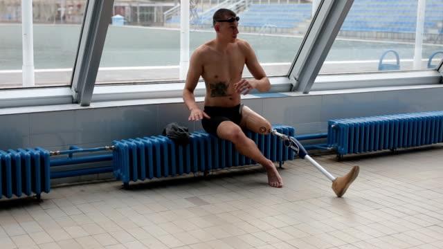 Jonge geamputeerde zwemmer ontspannen