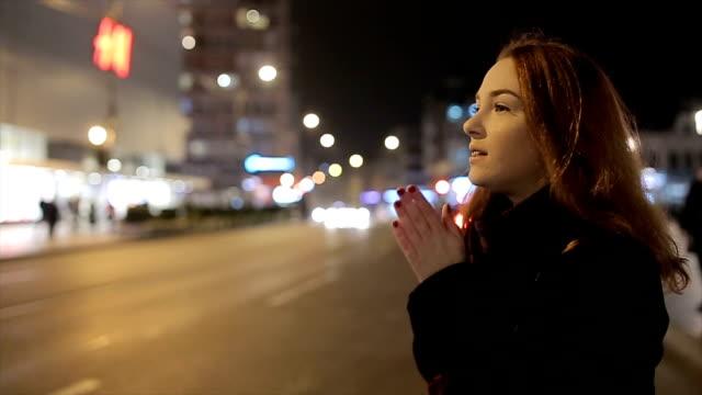 若くて通り上に立っている赤毛の美女 - 冷たい点の映像素材/bロール