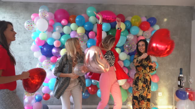 vídeos y material grabado en eventos de stock de joven y lleno de vida - globo de helio