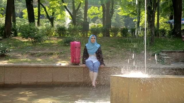 vídeos de stock, filmes e b-roll de jovem e moderna mulher árabe no spa termal, relaxamento de férias - vestuário modesto