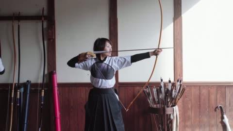 練習日本九道藝術的年輕弓箭手 - 傳統 個影片檔及 b 捲影像