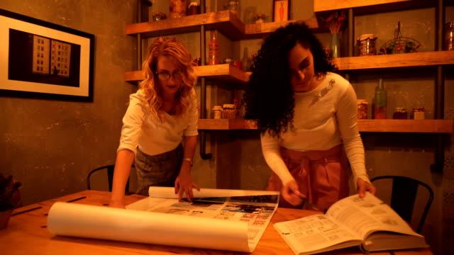 stockvideo's en b-roll-footage met jonge architect het oplossen van project - drukker
